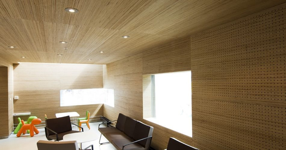 Plexwood® St. Olav's Academic Hospital visitors lounge with acoustic wall paneling and ceiling in birch end-grain ply
