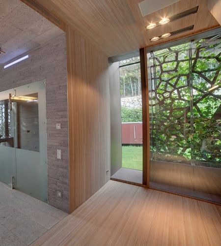 Plexwood® Residential hallway floor, walls with cabinet and ceiling with integrated lights in meranti surface ply veneer