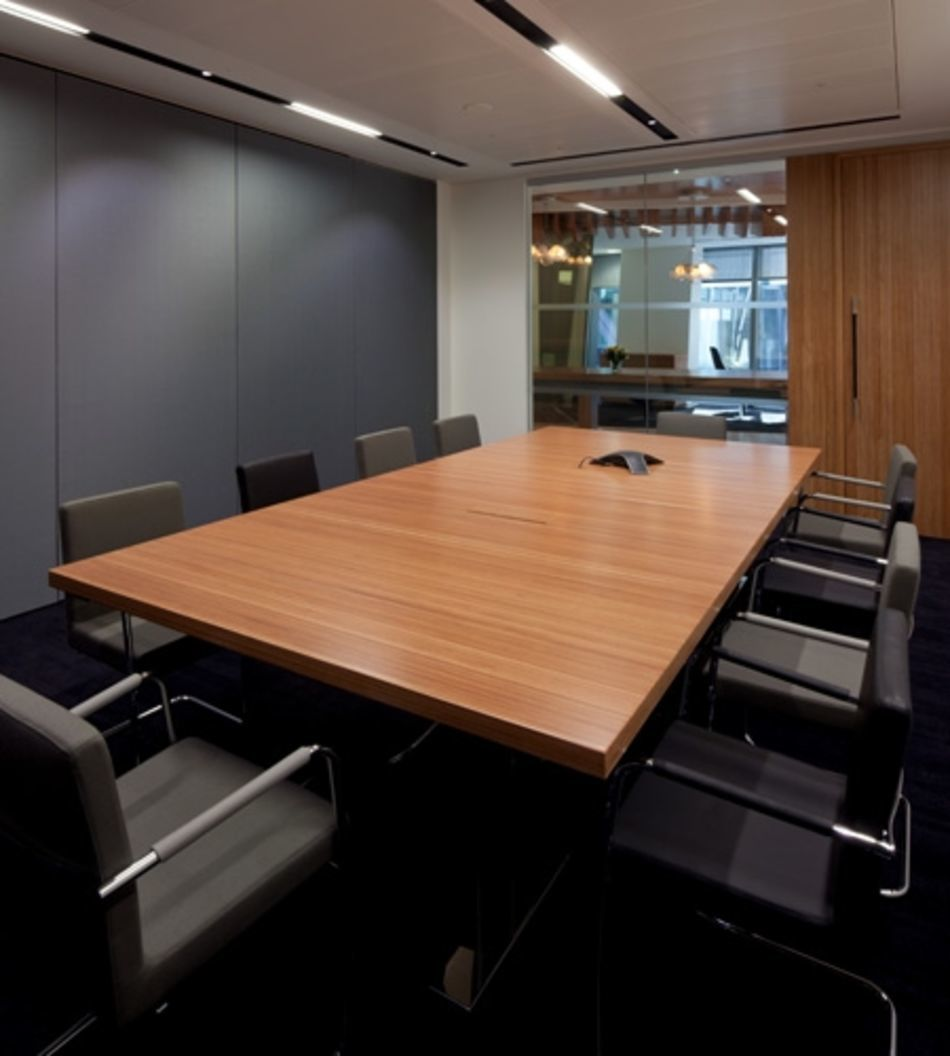 Plexwood® CBRE Global Investors meeting room table and door in ocoumé short grain and long grain veneer surfaces