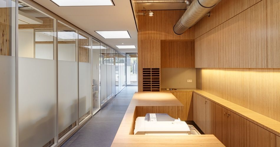 Plexwood® De Nieuwe Ooster open hallway room with bespoke cabinetry of birch ply edges