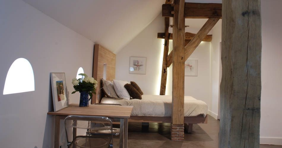 Plexwood® Bed & Breakfast 'De Vijf Suites' bed with side-tables in cross-banded ocoumé veneered plywood