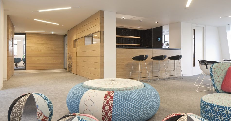 Plexwood® Publicis Baker Street HQ lounge area with bespoke plywood birch bar element